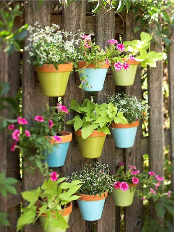 10 creative garden projects made out of flower pots genmice as you can see that the garden is showcasing the vertical pot ideas but it also enhancing it with wooden support well these are the creative ideas for the workwithnaturefo